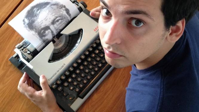 Álvaro Franca faz retratos na máquina de escrever (na foto, com o de Ernest Hemingway) Foto: Catarina Franca / Divulgação