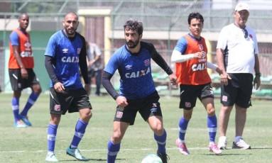 Douglas domina a bola no treino do Vasco, enquanto o técnico Joel Santana observa Foto: Marcelo Sadio / Vasco da Gama