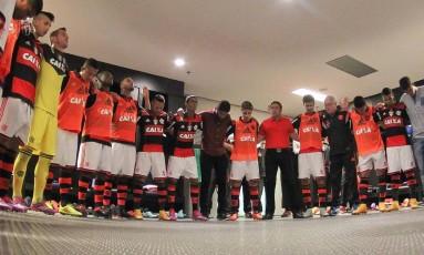 O técnico Vanderlei Luxemburgo com os jogadores do Flamengo antes da vitória sobre o Atlético-MG Foto: Gilvan de Souza / Flamengo