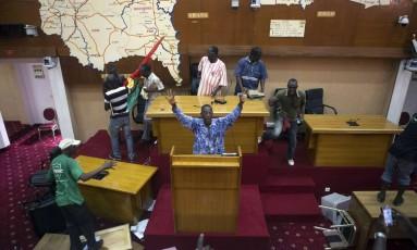 Povo no poder. Manifestantes antigoverno tomam o prédio do Parlamento na capital Ouagadougou Foto: JOE PENNEY/REUTERS