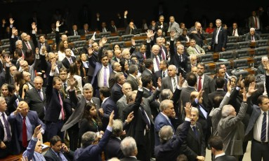 Plenário da Câmara durante sessão: deputados, e também senadores, receberam doações de seus próprios gabinetes durante campanha eleitoral Foto: André Coelho / O Globo