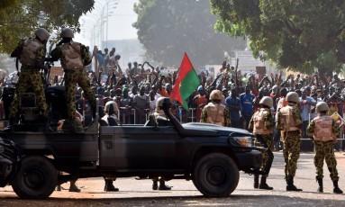 Tropas enfrentam manifestantes em Ouagadougou Foto: ISSOUF SANOGO / AFP