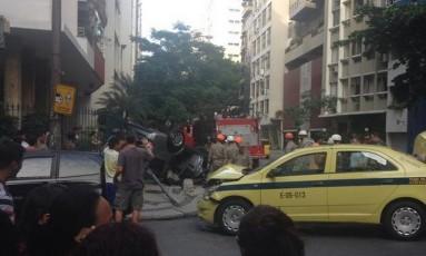 Carro tombou e invadiu a calçada em Copacabana Foto: Foto da leitora Lu (@arrobalu) / Reprodução