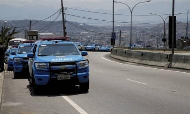 Carros de polícia na Grajaú-Jacarepaguá, que chegou a ter o trânsito totalmente interrompido durante um tiroteio Foto: Marcos Tristão / Agência O Globo