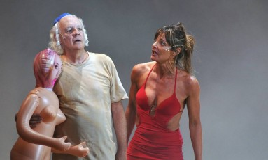 """Ney Latorraca na peça """"Entredentes"""", dirigida por Gerald Thomas Foto: GUGA MELGAR"""