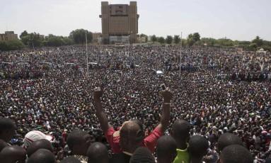 Manifestantes tomam a Praça da nação em Ouagadougou, capital de Burkina Faso Foto: JOE PENNEY / REUTERS
