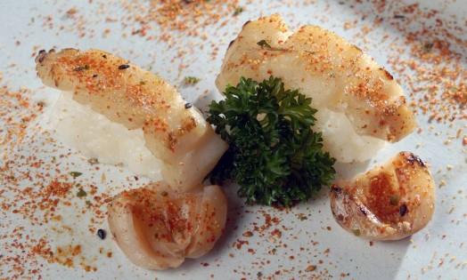 O Sushi Leblon sugere a dupla de sushi de vieira grelhada com lichia (R$26) Foto: Divulgação/Rodrigo Azevedo