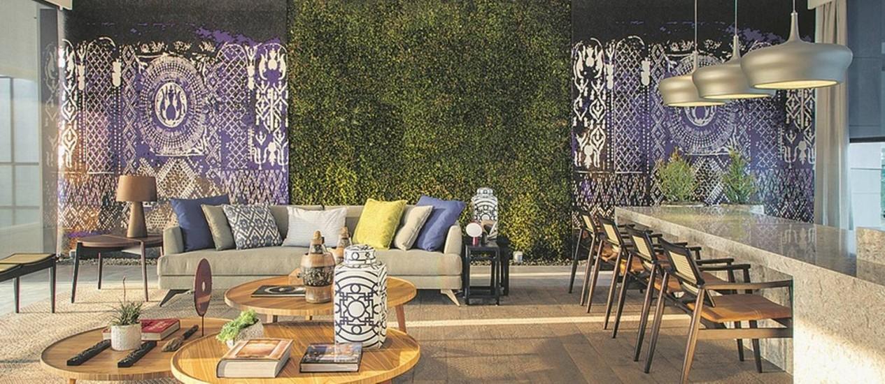 Musgo. Ladeado por papel de parede que imita pastilhas bizantinas, o jardim vertical que parece um tapete dá vida ao lounge bar Foto: Divulgação