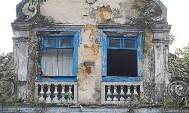 Fachada de uma das sete casas do Largo do Boticário: reboco e pintura em péssimo estado Foto: Fernando Quevedo