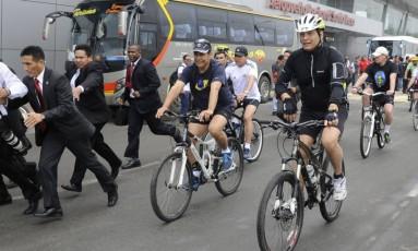 Pedalando. Os presidentes do Equador, Rafael Correa, de capacete, e do Peru, Ollanta Humala, de boné, andam de bicicleta Foto: STR / AFP/30-10-2014