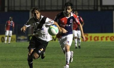 O uruguaio Maxi Rodríguez, do Vasco, tenta levar o time ao ataque Foto: MarceloSadio / Vasco da Gama