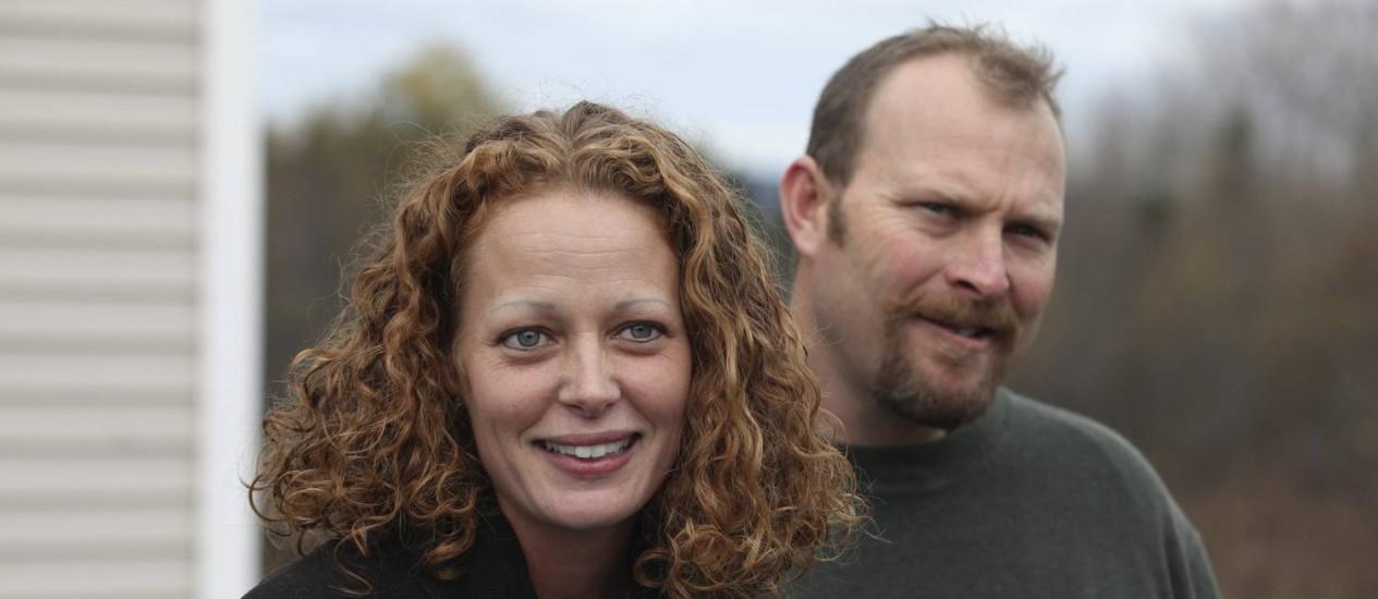Naci Hickox e seu namorado, Ted Wilbur, circularam de bicicleta por Fort Kent, no estado americano do Maine, desafiando a quarentena sugerida pelas autoridades Foto: JOEL PAGE/Reuters