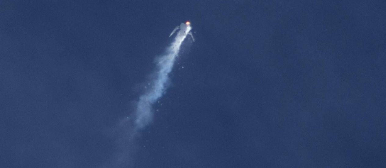 Explosão da nave da Virgin: acidente ocorreu logo após separação entre avião e foguete Foto: Kenneth Brown/REUTERS