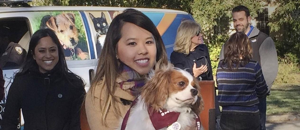 Nina Pham com o seu cachorro Bentley Foto: Stringer / Reuters
