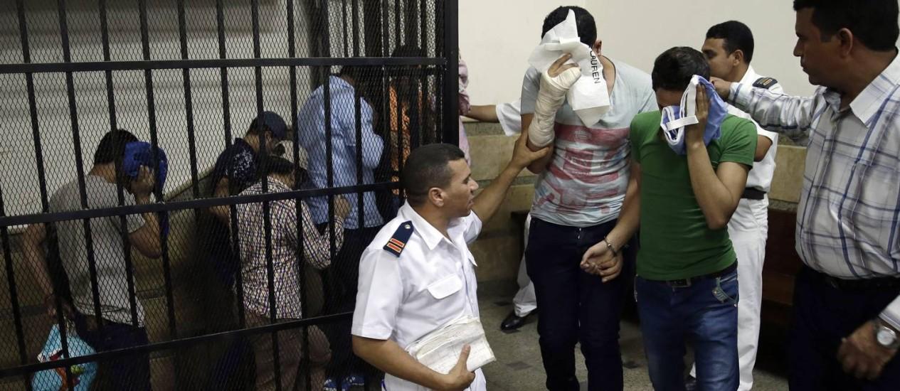"""Egípcios em cadeia do tribunal do Cairo, presos por """"incitar a libertinagem"""" após aparição em um vídeo de casamento gay Foto: Hassan Ammar / AP"""
