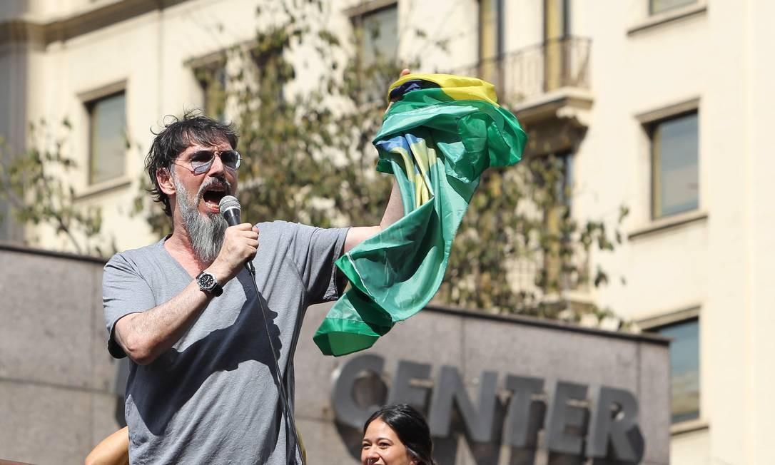 O cantor Lobão, que ameaçou deixar o país se Dilma fosse reeleita e depois voltou atrás, discursou no carro de som Foto: Michel Filho / Agência O Globo