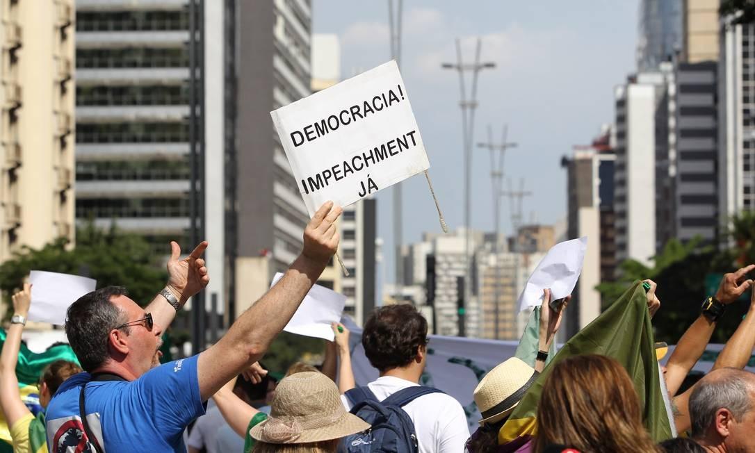 Os manifestantes pediram o impeachment da presidente Foto: Michel Filho / Agência O Globo