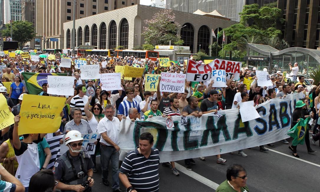Cerca de tres mil pessoas se reuniram em frente ao Museu de Arte de São Paulo (Masp) para protestar contra a reeleição de Dilma Foto: Michel Filho / Agência O Globo