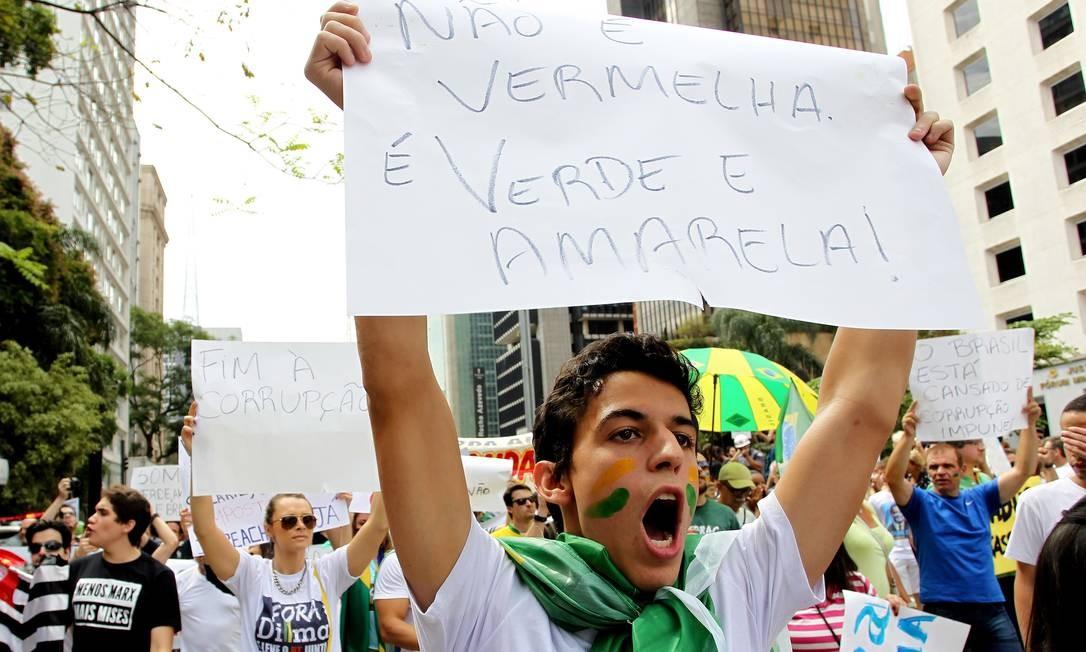 O protesto ocupou totalmente a pista da Avenida Paulista sentido Consolação e parcialmente a pista sentido contrário, Paraíso Foto: Michel Filho / Agência O Globo