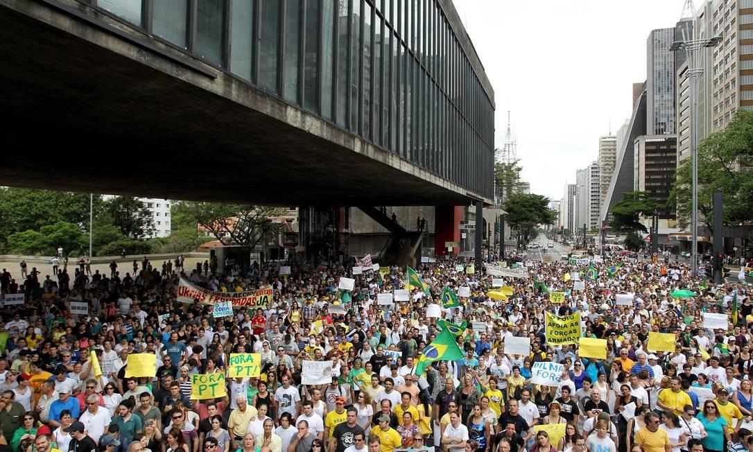 """Os manifestantes dizem """"defender o Brasil da criação de um estado totalitário de esquerda pelo PT"""" Foto: Michel Filho / Agência O Globo"""