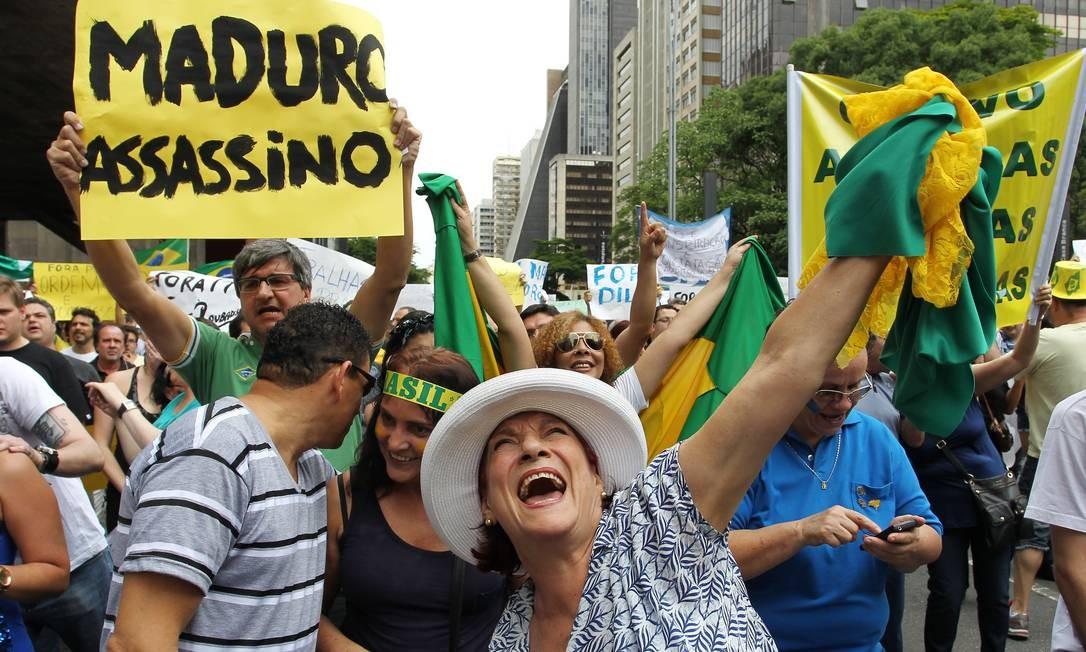 Dezenas de cartazes criticavam a aproximação do Brasil com países da América Latina, como a Venezuela Foto: Michel Filho / Agência O Globo