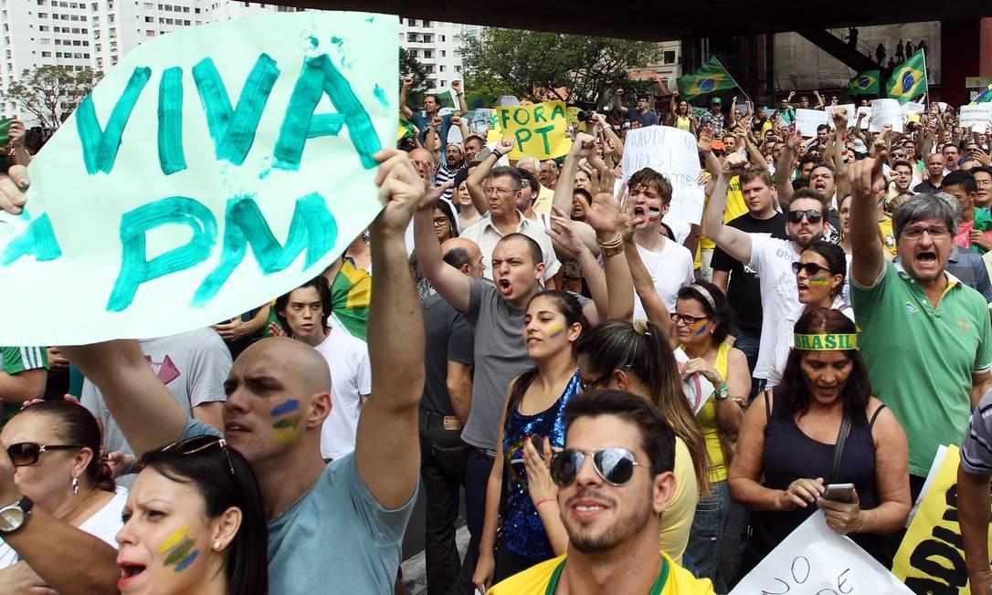 """Outras faixas, separatistas, ameaçavam: """"ou impugnação, ou intervenção militar"""" Foto: Michel Filho / Agência O Globo"""