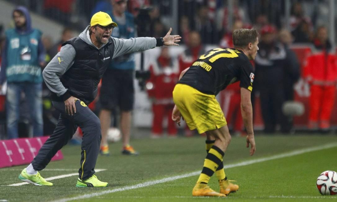 O desespero do técnico Juergen Klopp, que grita com seu jogador, Erik Durm, pedindo pressa. Borussia perdeu do Bayern Foto: MICHAELA REHLE / REUTERS