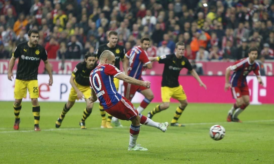 Robben cobra pênalti com categoria e vira o jogo para o Bayern: 2 a 1 sobre o Borussia Dortmund Foto: MICHAELA REHLE / REUTERS