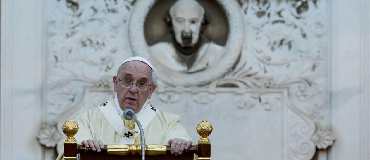 Papa Francisco celebra missa no cemitério Verano, em Roma, pela ocasião do Dia de Todos os Santos Foto: Alessandra Tarantino / AP