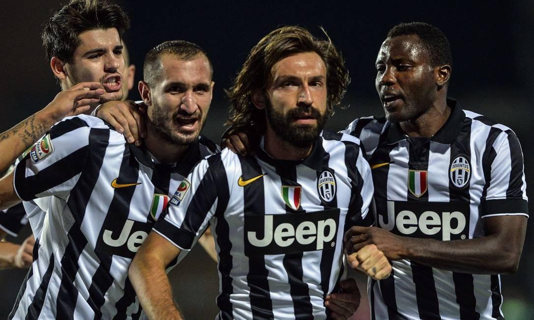 Pirlo (ao centro, de barba) celebra o gol que marcou e abriu caminho para a vitória do Juventus sobre o Empoli Foto: ANDREAS SOLARO / AFP