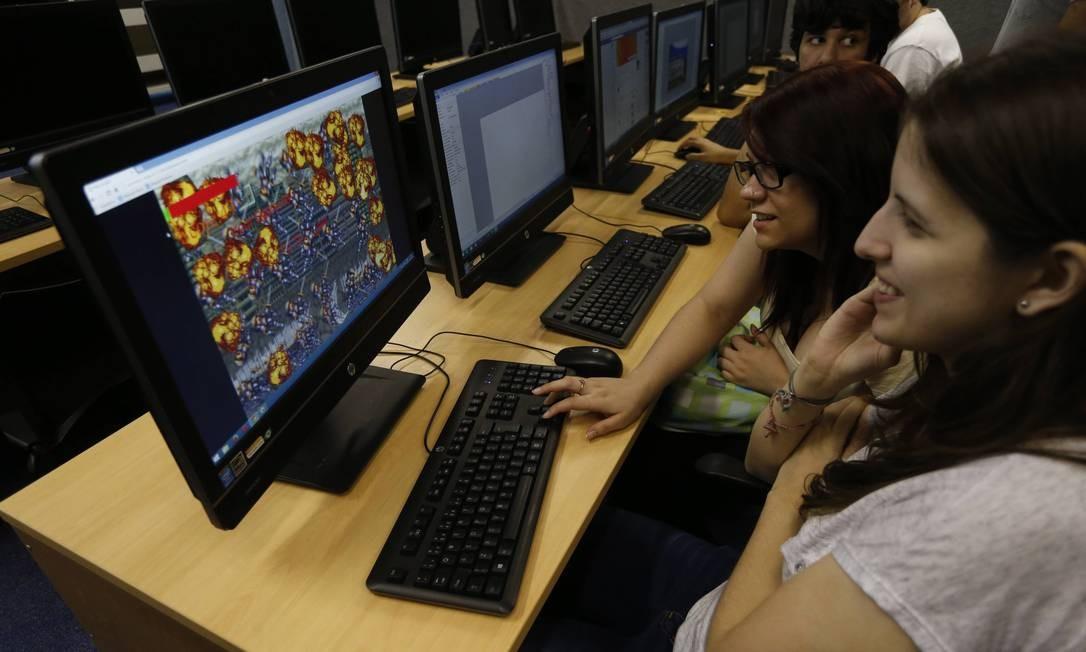As amigas Priscila Vitalino e Kamila Soares não temem aumento da discriminação no mercado de videogames, mas suas colegas de turma veem o GamerGate com receio Foto: / Domingos Peixoto