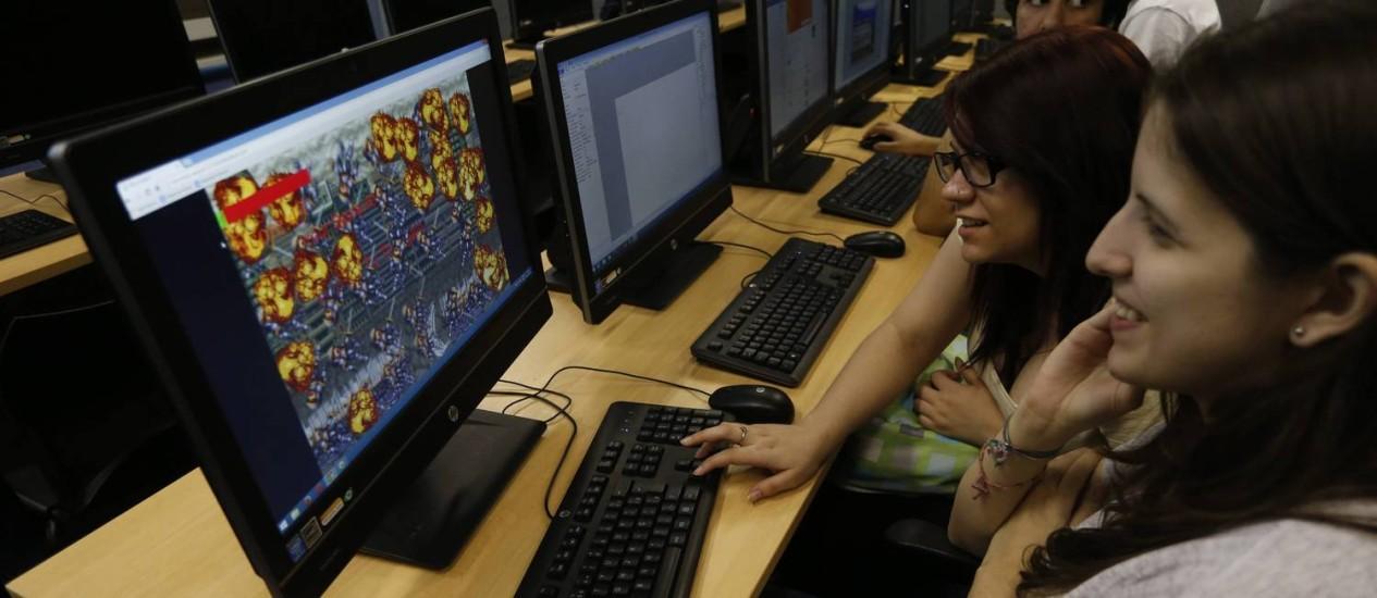 As amigas Priscila Vitalino e Kamila Soares não temem aumento da discriminação no mercado de videogames, mas suas colegas de turma veem o GamerGate com receio Foto: Domingos Peixoto