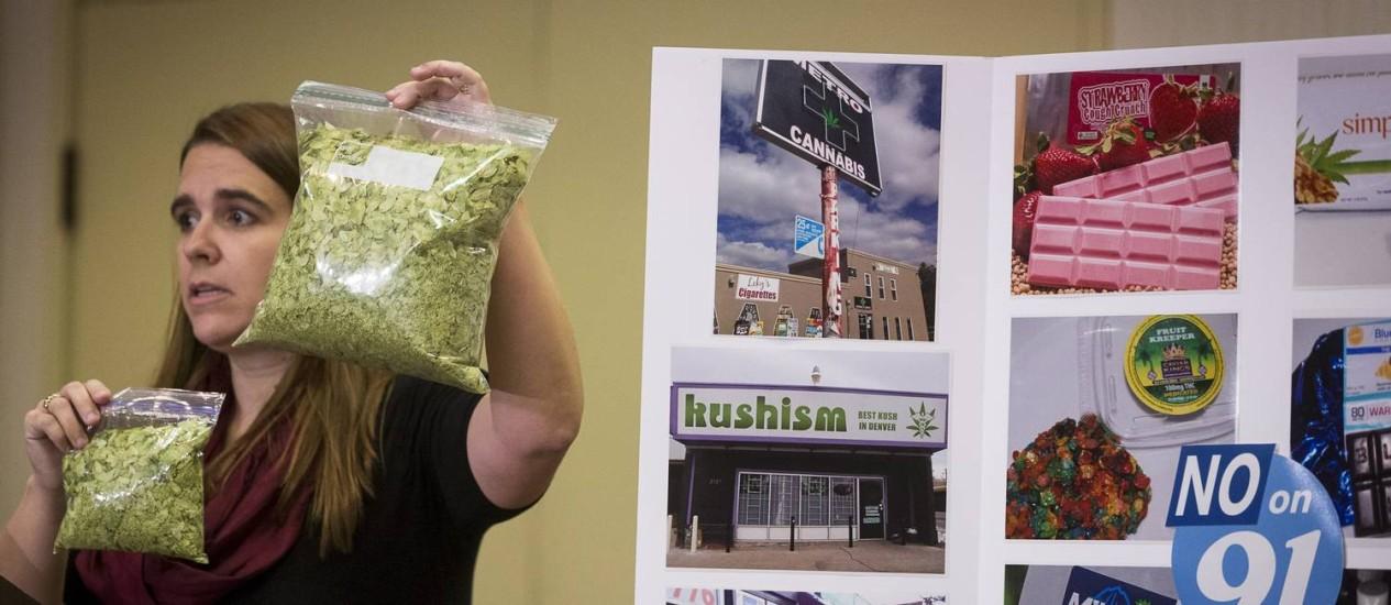 Mandi Puckett, diretora da campanha antilegalização, mostra a diferença na quantidade de maconha permitida no Colorado e sob a legislação proposta do Oregon Foto: Leah Nash / NYT