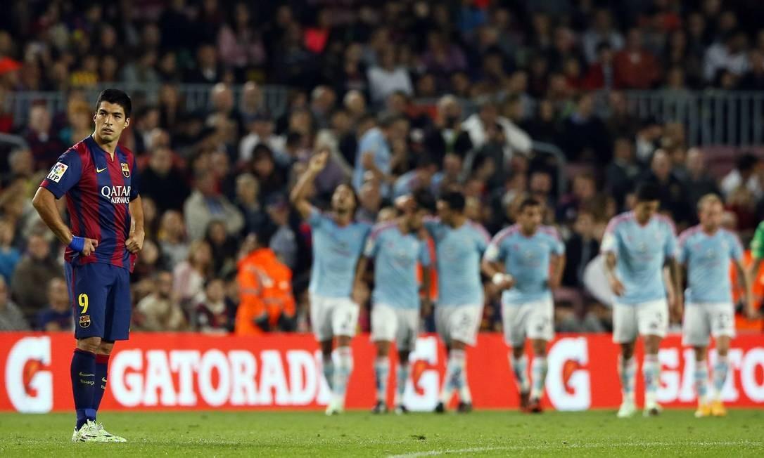 Luis Suárez nem quer ver a festa dos jogadores do Celta de Vigo, que surpreendeu o Barcelona em pleno Camp Nou Foto: ALBERT GEA / REUTERS