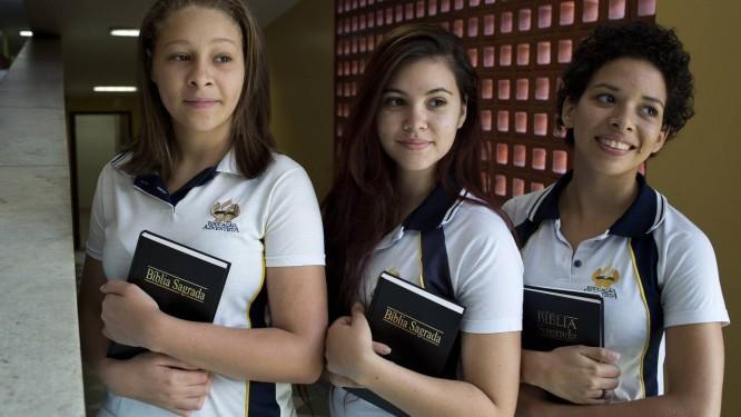 Tatyana Machado, Sara Junker e Ágatha França se inscreveram como adventistas para o Enem Foto: Daniela Hallack Dacorso / Agência O Globo