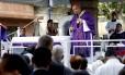 Dom Orani Tempesta, arcebispo do Rio, em missa celebrada no Cemitério do Caju