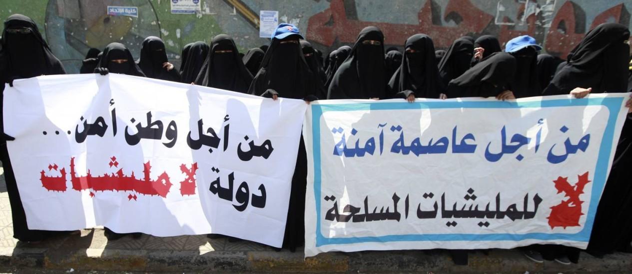 Manifestantes protestam em Saná: instabilidade política e violência Foto: Mohamed Al-Sayaghi / Reuters