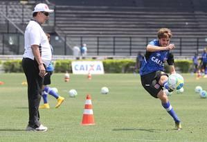O técnico Joel Santana observa o uruguaio Maxi Rodríguez chutar a gol Foto: Marcelo Sadio / Vasco da Gama