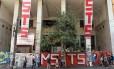 Em São Paulo, o Movimento Sem Teto São Paulo (MSTS) protesta e invade prédio da Secretaria de Educação