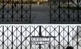 Portão roubado é o principal da entrada de Dachau e traz a frase 'Arbeit macht frei' (O trabalho liberta)