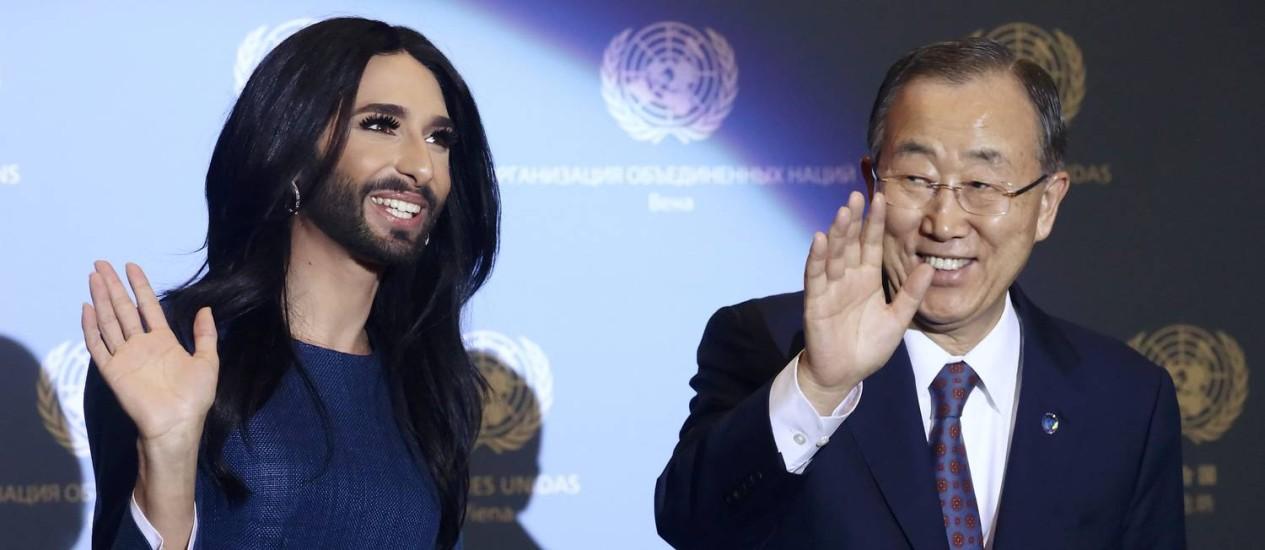 Conchita Wurst e Ban Ki-moon acenam aos presentes na coletiva desta segunda-feira Foto: HEINZ-PETER BADER / REUTERS