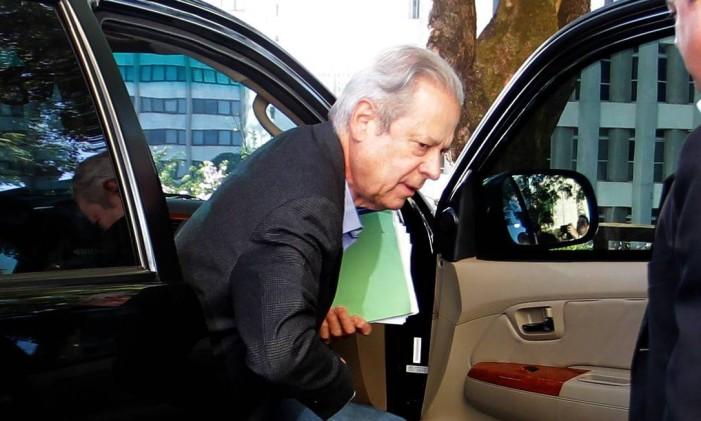 José Dirceu chega ao trabalho Foto: Ailton de Freitas / O Globo