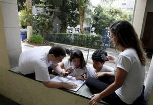 Luiz Paiva, Bernardo Burlamaqui, Gabriel Reis e Manuella Campos estudam em conjunto Foto: Eduardo Naddar