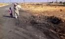 Homem caminha com criança por local de explosão na Península do Sinai. Grupo Ansar Bayt al-Maqdis se aliou ao Estado Islâmico Foto: Ahmed Abu Deraa / AP