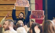 Exigências. Manifestantes pedem reformas na imigração e nos direitos LGBT durante pronunciamento do presidente Barack Obama na campanha para governador de Dan Malloy Foto: SAUL LOEB / SAUL LOEB/AFP