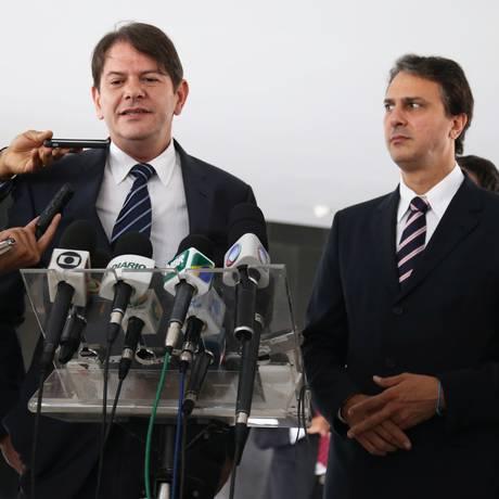 Ao governador eleito do Ceará, Camilo Santana, Cid Gomes dá entrevista no Palácio do Planalto Foto: Ailton de Freitas / O Globo