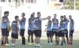 O técnico Vágner Mancini conversa com os jogadores do Botafogo