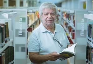 Nova chance: O aposentado numa biblioteca: rotina de estudos e leitura de jornais e revistas, além de curso de caligrafia Foto: Leo Martins / Agência O Globo