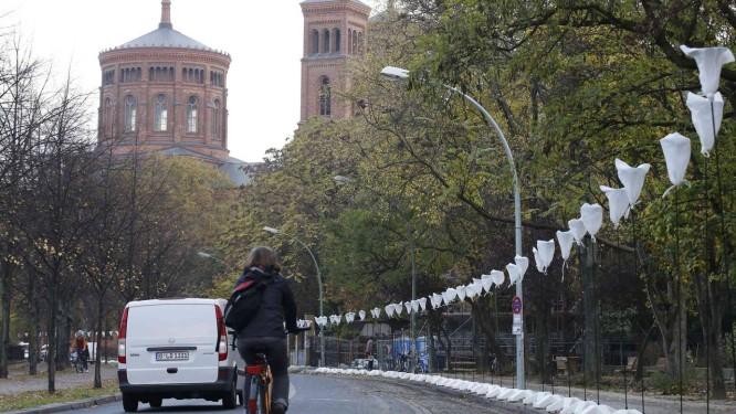 Ciclista passa pelo