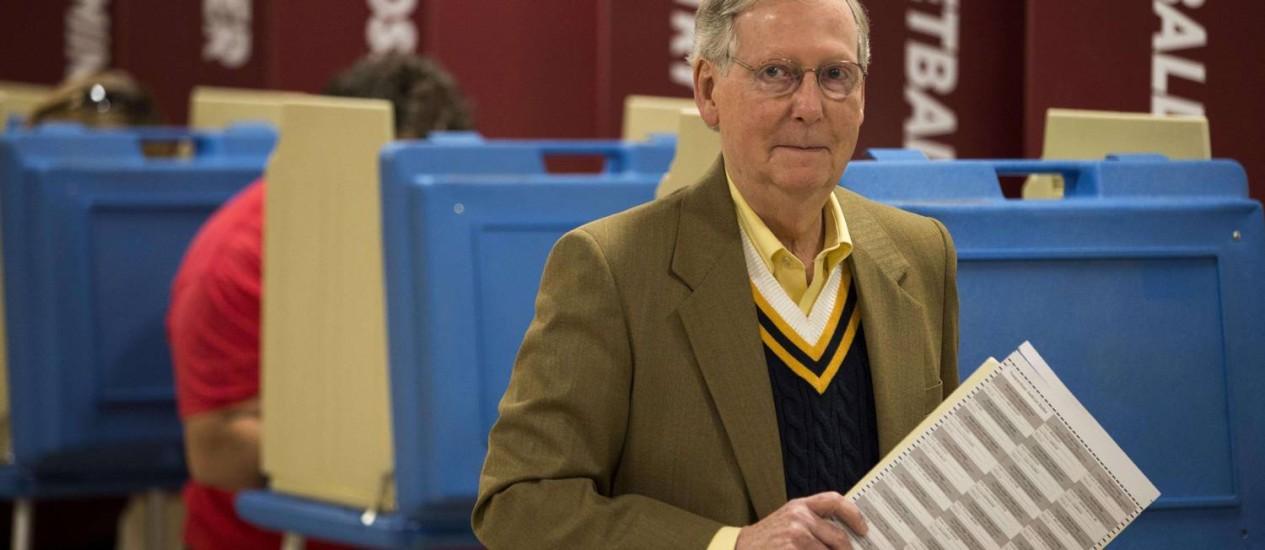 Mitch McConnell, líder da minoria no Senado, vota em Louisville, Kentucky Foto: Aaron P. Bernstein/AFP
